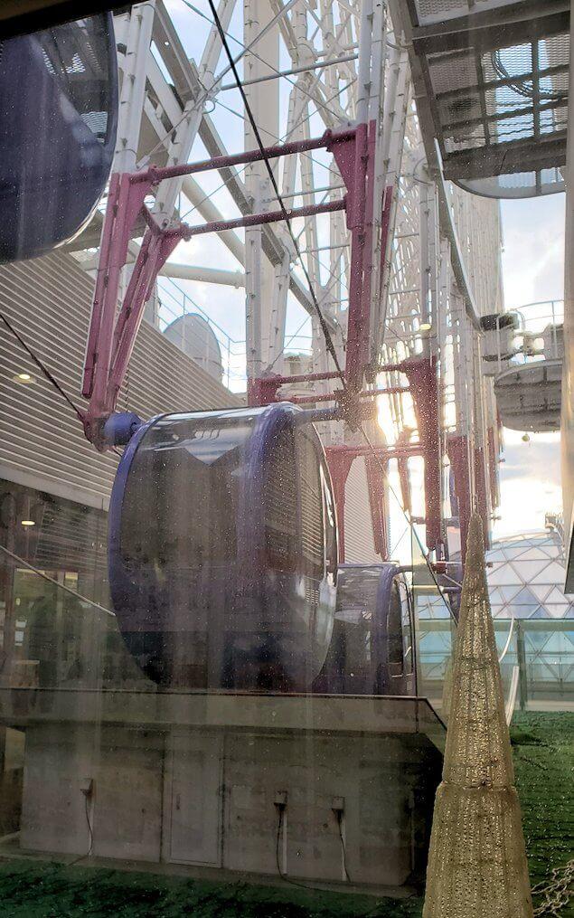 松山市駅横の高島屋9階の通路から見える観覧車