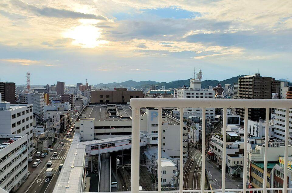松山市の高島屋の屋上から眺める夕陽