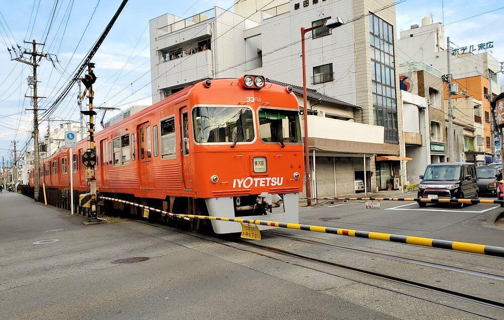 松山市内を走る伊予鉄の車両