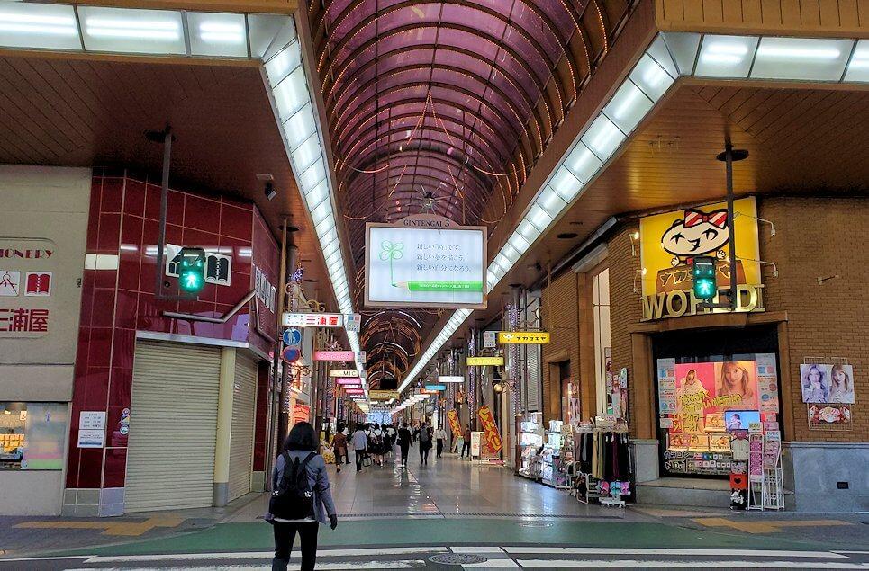 松山市内のアーケード通りを進む