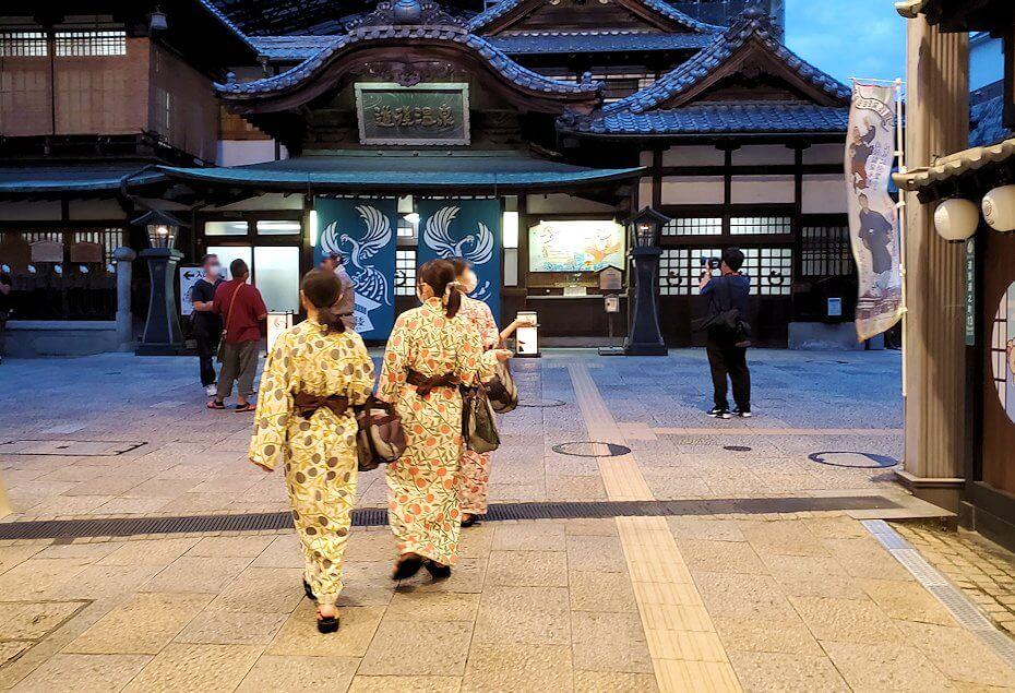 道後温泉商店街で浴衣姿で歩く女性達