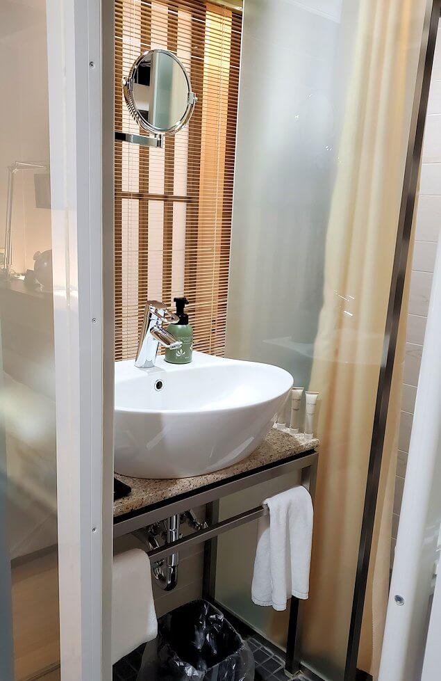 夜の「ホテル道後やや」のシングルルームの洗面所