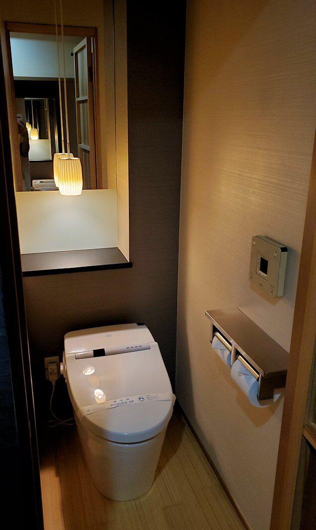 夜の「ホテル道後やや」のシングルルームのトイレ