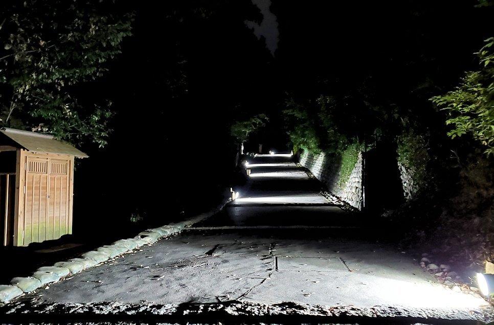 暗い黒門口登城道を進む2