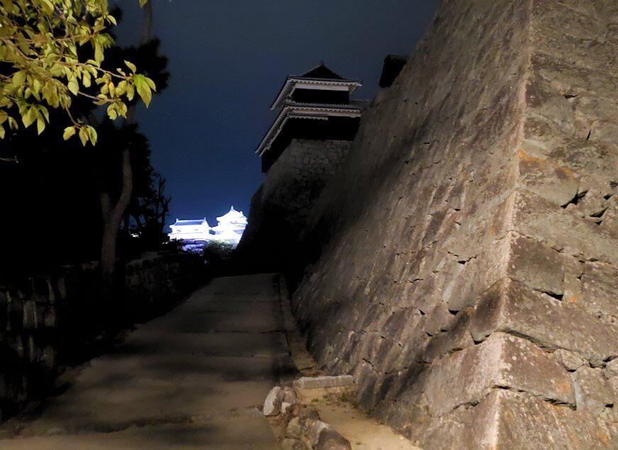 暗い黒門口登城道を進んで、本丸に到着