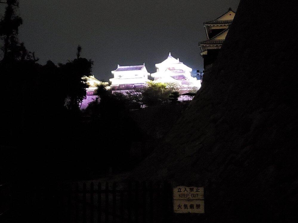 暗い黒門口登城道を進んで、見えるライトアップされた大天守