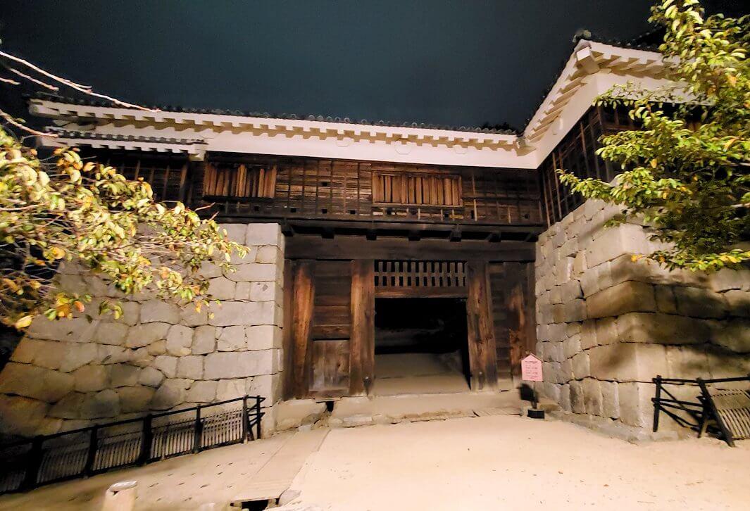 暗くなった松山城筒井門