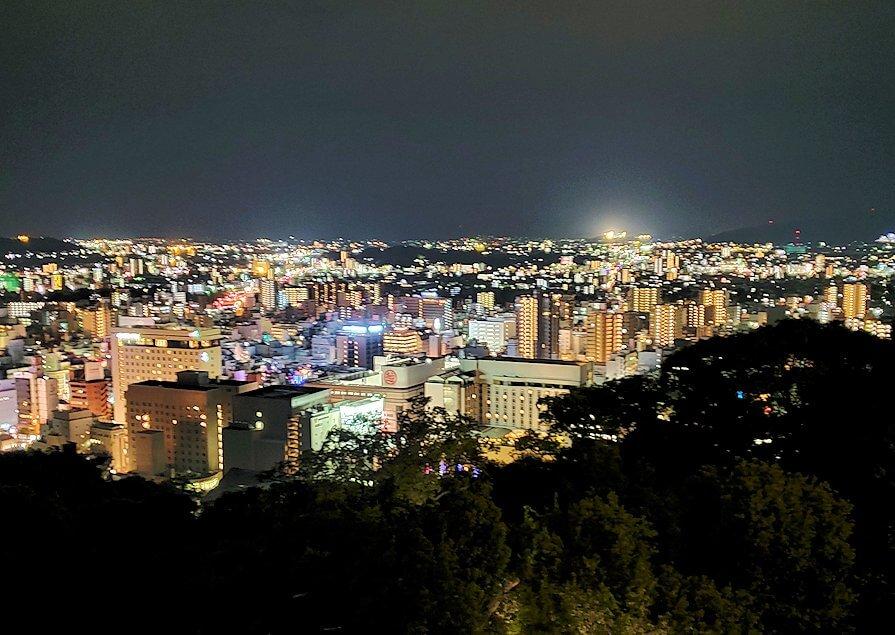 夜の松山城本丸から見える、松山市の夜景