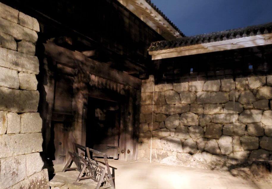 暗くなった松山城太鼓門