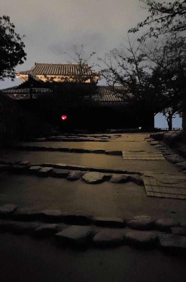 暗くなった松山城太鼓門を進む