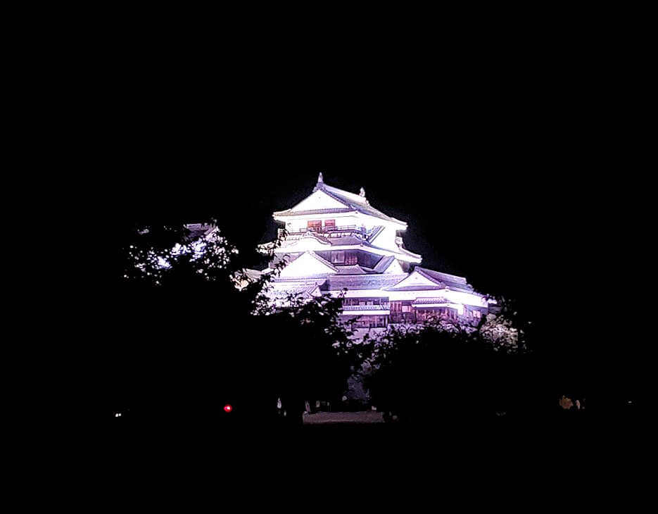 暗くなった松山城本丸でライトアップされた本壇