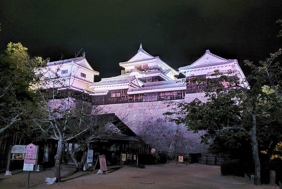 暗くなった松山城本丸でライトアップされた天守
