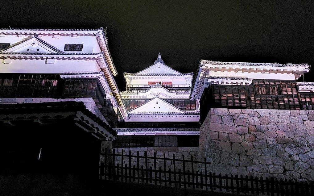 暗くなった松山城本丸でライトアップされた天守1