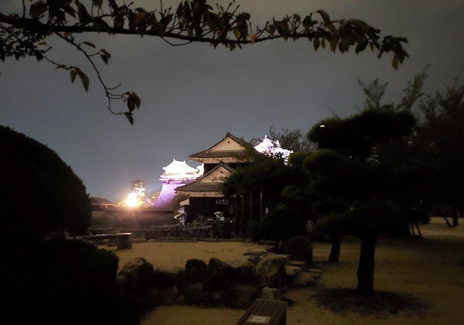 暗くなった松山城本丸を去る