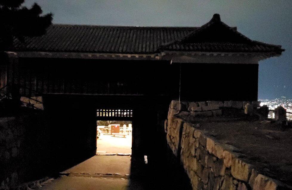 暗くなった松山城本丸の門