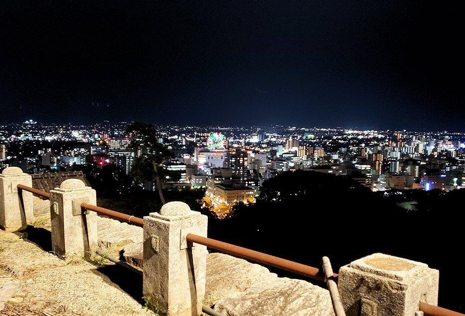 暗くなった松山城本丸から眺める、大観覧車くるりん