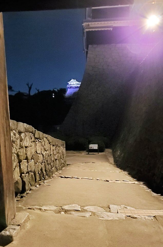 暗くなった松山城本丸を帰る