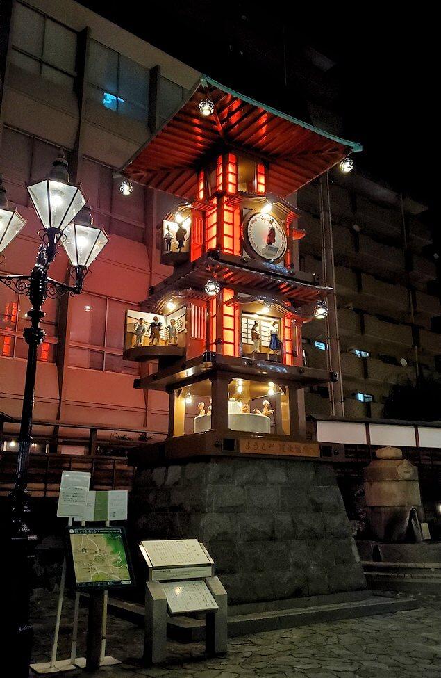 夜の道後温泉街入口で動く、坊ちゃんカラクリ時計