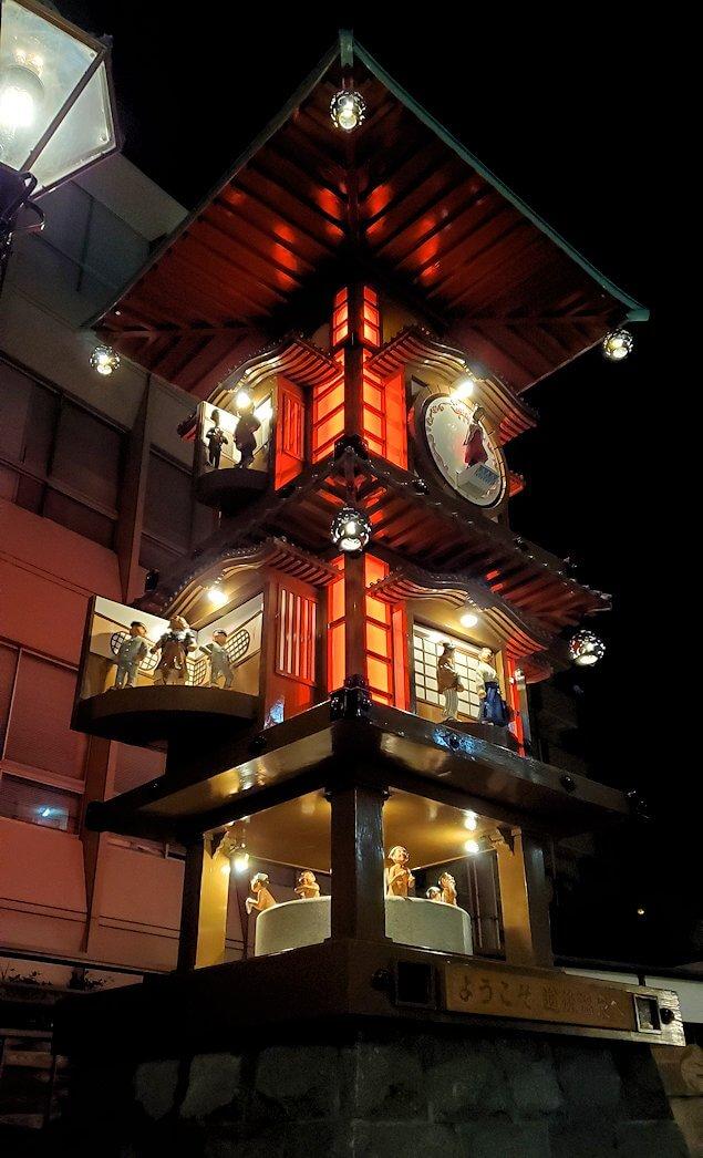 夜の道後温泉街入口で動く、坊ちゃんカラクリ時計1