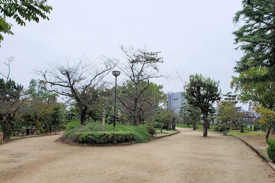 道後温泉街近くにある湯築城跡を散歩