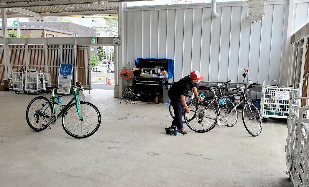 今治駅前のレンタサイクル屋でのレンタル準備