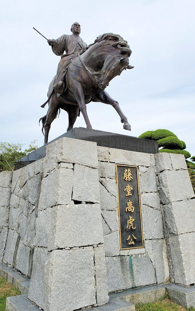 今治城本丸広場にある、藤堂高虎の像