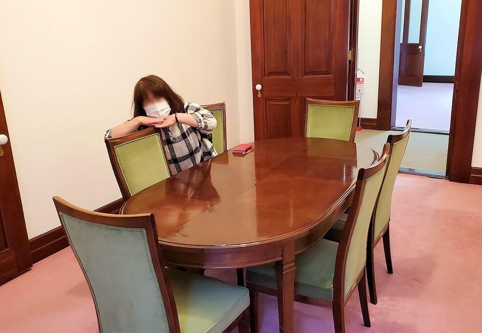「豊平館」の百合の間にあるテーブル1