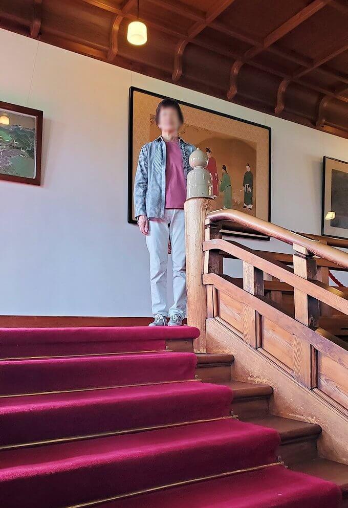 奈良ホテル2階に立つオカン